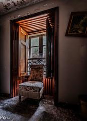 El sillon (Perurena) Tags: sillo mueble furniture ventana window luz light contraluz sombras shadows casa house abandono decay suciedad dirty urbex urbanexplore
