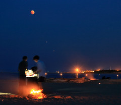 Waiting for the eclipse (Robyn Hooz) Tags: eclissi luna moon grill portocaleri fun astronomy red blood bloodmoon piena full venezia veneto italy