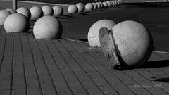 línea de bolas  _DSC2840 (Rodo López. Fotero... instantes en un clic) Tags: blancoynegro bolas lineas españa explore excapture nikon naturebynikon castillayleonesvida construccion