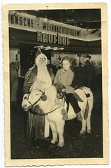 . (Kaïopai°) Tags: weihnachtsmann pferd pony kind xmas kaufhaus werbeaktion werbung brille bart kaufhof store