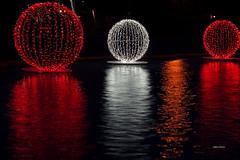 Luce globale (stefano.chiarato) Tags: luci lights globi reflections riflessi rosso red bianco white acqua water fontana monza lombardia italy pentax pentaxk70 pentaxflickraward