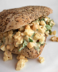 Eiersalade (FotoosVanRobin) Tags: broodje brood broodbeleg belegdbroodje eiersalade eieren indiantwist fusion