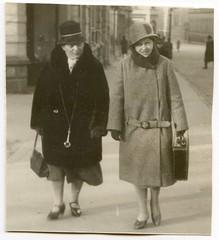. (Kaïopai°) Tags: vintage winter weihnachtseinkauf bürgersteig mantel hut hat hutmode femme woman frau