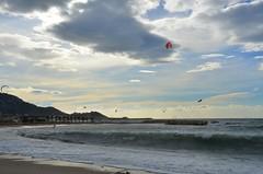 L'air et l'eau (RarOiseau) Tags: marseille paca bouchesdurhône mer plage nuage sport