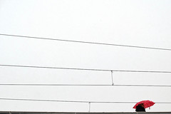 Little red island (Guido Klumpe) Tags: regen rain rainy regnerisch minimal minimalism minimalistisch simple reduced color farbe gebäude architecture architektur building perspektive perspective candid street streetphotographer streetphotography strase hannover hanover germany deutschland city stadt streetphotographde unposed streetshot