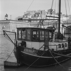 Barco en el muelle (ralcains) Tags: paris france blackwhite blancoynegro bw blackandwhite monochrome monochromatic monocromo monocromatico rolleiflex mediumformat formatomedio moyenformat mittelformat 6x6 analogue analogica analog argentica argentique bergger pancro400 ber49 film pelicula cityscape street streetphotography urbana calle fotografiadecalle ngc