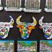 Souvenirverkauf mit Bilder der Sehenswürdigkeiten von Barcelona (Spanien) und bunte Stiermotive