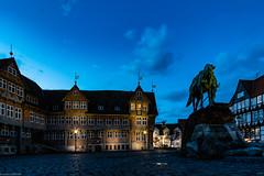 Rathaus blauen Stunde mit Herzog August (carsten.plagge) Tags: 2019 a6300 cp55 carstenplagge fachwerk februar samyang sonnenuntergang sony wolfenbüttel blauestunde