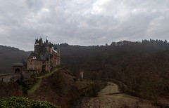 Burg Eltz - Eifel (gabrieleskwar) Tags: burg eltz hunsrück himmel bäume wald weg formen fenster farben wiese steine strasse mauern alt zinnen architektur treppen stufen wolken tor
