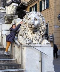 regard, je suis très courageuse ! (fotomie2009) Tags: genova lion leone sculpture scultura statua statue little girl bimba children