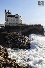 Con vistas privilegiadas (Marcosbamala) Tags: biarritz france francia frança mar sea ca canon cantabrico cantabric oleaje ola photo photography picture pic photograph paisaje paisatge shoot shooting bluesky house costa eos eos77d tamron 1750mm landscape nature