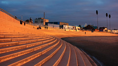 Morglawdd / Sea wall - Blackpool (Rhisiart Hincks) Tags: coucherdusoleil zonsondergang dulfaoinagréine machlud auringonlasku kuzhheol ilunsenti solpor tramonto sonnenuntergang napnyugta sunset dolfodhanagrèine lhienygreiney zachódsłońca solnedgång aod glanymôr cósta kostalde coast côte arfordir seaside coisfarraige sirgaerhirfryn lancashire lloegr england sasana brosaoz ingalaterra angleterre inghilterra anglaterra 英国 angletèrra sasainn انجلتــرا anglie ngilandi ue eu ewrop europe eòrpa europa blackpool fylde cyrchfangwyliau holidayresort morglawdd seawall