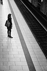 The visitor (Guido Klumpe) Tags: minimal minimalism minimalistisch simple reduced sw schwarzweis blackandwhite bnw bw monochrome candid street streetphotographer streetphotography strase hannover hanover germany deutschland city stadt streetphotographde unposed streetshot gebäude architecture architektur building perspektive perspective