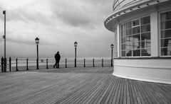 Walk away (4foot2) Tags: worthing pier seaside seafront seawater sea analogue film filmphotography 35mmfilm 35mm bw blackandwhite monochrome mono rolleiretro rolleiretro400s rollei35 400s hc110 kodakhc110 kodak 2019 fourfoottwo 4foot2 4foot2flickr 4foot2photostream people peoplewatching interestingpeople reportage reportagephotography