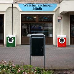 ...falls der Hausarzt nicht mehr weiter weiß / Hellersdorfer Promenade (galibier2645) Tags: waschmaschinenklinik waschmaschine platte mülleimer plattenbau hellersdorferpromenade hellersdorf reparatur berlin werkstatt laden geschäft bauknecht schaufenster siemens