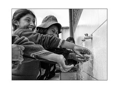 Ocomisto (philippeprovost1) Tags: enfants childeren eau water scool école bolivie sourire mains