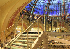 Glass stairs and plateform in the Galeries Lafayette (Sokleine) Tags: plateforme verre glass stairs escaliers marches steps departmentstore grandmagasin paris 75009 heritage france