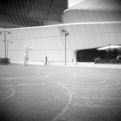 Milano (Valt3r Rav3ra - DEVOted!) Tags: holga holgacfn lomo lomography film pellicola milano medioformato mediumformat 120 6x6 analogico analogica analog analogue bw biancoenero blackandwhite ilford ilfordfp4 valt3r valterravera visioniurbane urbanvisions streetphotography street