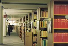 Lång biblioteksgång (Linzen004) Tags: stockholmsuniversitet bibliotek gatufotografering