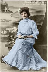 1908 Vorführdame in Blau (zimmermann8821) Tags: atelierfotografie fotografie fotografiekoloriert gruskarte postkarte deutscheskaiserreich blumen blumenarrangement damenfrisur damenmode kleid kopfschmuck