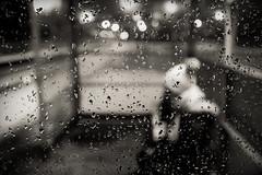 Attente en gare (freephysique) Tags: pluie gare hiver gouttes nb vitre rer neige noir blanc
