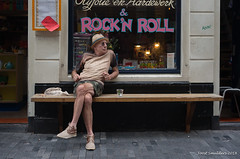 Rock 'n roll (Streetphotography by Joost Smulders) Tags: streetphotography straatfotografie candid urban city stad amsterdam nederland holland mensen people man rocknroll kleur color colour relax zitten sitting