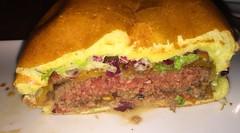 Der California Burger - Lateral cut / Querschnitt - Wirsthaus Dicke Sophie - München (JaBB) Tags: dickesophie wirsthaus münchen californiaburger süskartoffelpommes sweetpotatofries food dinner essen nahrung nahrungsmittel abendessen