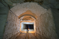 Une voûte dans un roulage (flallier) Tags: carrière souterraine tuffeau underground chalk quarry champignonnière mushroomfarm voûte consolidation roulage nikon d800 zeiss distagon lampeacétylène lampecarbure acétylène a7 carbure silhouette