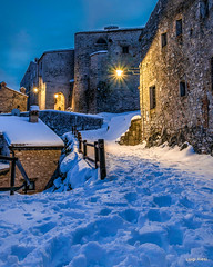 Elcito - San Severino Marche (luigi.alesi) Tags: italia italy marche macerata san severino elcito paese borgo village notte night luci lights neve snow inverno winter paesaggio urbano urban landscape scenery fujifilm xm1 raw