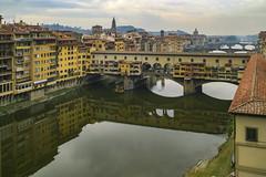 El Ponte Vecchio visto desde la galería de los Uffizzi - Florencia (Alphonso Mancuso) Tags: pontevecchio florencia firenze italia italy europa rioarno galeríadelosuffizzi alphonsomancuso travel canon10d ciudad street urban medieval