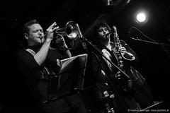 Martin Eberle: trumpet, fluegelhorn / Johannes Schleiermacher: sax (jazzfoto.at) Tags: sonyrx100m3 rx100m3 rx100miii sonyrx100iii sonydscrx100iii dscrx100iii sw bw schwarzweiss blackandwhite blackwhite noirblanc bianconero biancoenero blancoynegro zwartwit pretoebranco jazzit2018 greatjazzvenue greatjazzvenue2018 downbeatgreatjazzvenue salzburg salisburgo salzbourg salzburgo austria autriche jazzsalzburg jazzitmusikclubsalzburg jazzitmusikclub jazzclubsalzburg jazzkellersalzburg jazzclub jazzkeller wwwjazzfotoat jazzfoto jazzfotos jazzphotos markuslackinger jazzlive livejazz konzertfoto concertphoto liveinconcert blitzlos ohneblitz noflash withoutflash concert konzert concerto