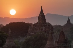 Sunset over the Pagodas - Bagan (Captures.ch) Tags: clear klar sunset sonnenuntergang abend abenddämmerung dusk evening myanmar birma burma bagan aufnahme capture baum forest hill himmel hügel landscape landschaft pagoda pagode sky tempel temple tree wald sun sonne