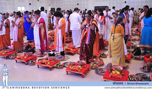 Shraddhavans carrying out Shree Aadimata Saptachakra Swamini Poojan during Shree Shwasam | 'श्रीश्वासम्' मध्ये श्रीआदिमाता सप्तचक्रस्वामिनी पूजन करताना श्रद्धावान