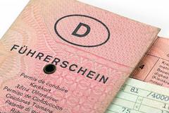Führerschein und Fahrzeugschein (Tim Reckmann   a59.de) Tags: autofahren fahrer fahrerin fahrerlaubnis fahrschule fahrzeugpapiere fahrzeugschein führerschein führerscheingültigkeit führerscheinumtausch