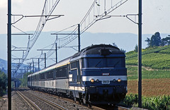 SNCF diesel BB67301 approaches Chignin, Savoie, with an Annecy-Valence-Perpignan express during August1996. (mikul44171) Tags: corail 67301 chignin savoie vines hillsides chambery express catenary overheads overheadwires plasticbag diesel class67 serie67 serie673 alps vineyard vindesavoie