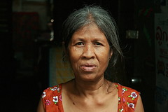 grandma (the foreign photographer - ฝรั่งถ่) Tags: grandma woman doorway khlong thanon portraits bangkhen bangkok thailand canon
