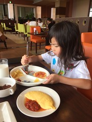 2016-09-26 08.26.28 (jccchou) Tags: okinawa 沖繩 琉球 japan caroline girl kids children portrait hotel food eating
