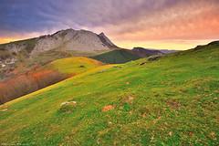 Gure Bazterrak (Hector Prada) Tags: sunrise amanecer otoño autumn mountain montaña sky cielo clouds nubes wind viento landscape paisaje urkiola paísvasco basquecountry