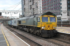 Freightliner . 66571 . Stratford Station , East London . Monday 11th-February-2019 . (AndrewHA's) Tags: stratford eastlondon railway station train freightliner class 66 diesel locomotive loco 66571 4m87 felixstowe trafford park manchester container intermodal freight service gm general motors