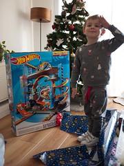 Le Père Noël est passé (Dahrth) Tags: lumixgf1 lumix20mm microquatretiers hotwheels toy jouet garage christmas christmastree sapindenoël kid boy garçon