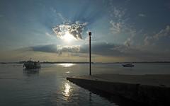 Beauté matinale (mostodol) Tags: matin morning matinal france french morbihan locmariaquer bretagne brittany breizh bzh bateau boat soleil sun cale embarcadère golfe fuji fujifilm xt20