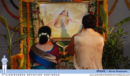Sadguru Shree Aniruddha Bapu venerating Shree Usha Devi | श्री उषा देवीस वन्दन करताना सद्गुरु श्रीअनिरुद्ध बापू