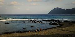 jeux de plage, Dongqing (8pl) Tags: océan mer plage jeux personnes ciel baie eau pierre montagne rive rivage île lanyu taïwan dongqing mouvement
