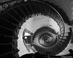 Hinab geschaut Phare de Eckmühl (Mike Reichardt) Tags: schwarzweiss blackwhite blancetnoir architecture architektur france frankreich bretagne brittany spiralstaircase wendeltreppe leuchtturm lighthouse dwwg