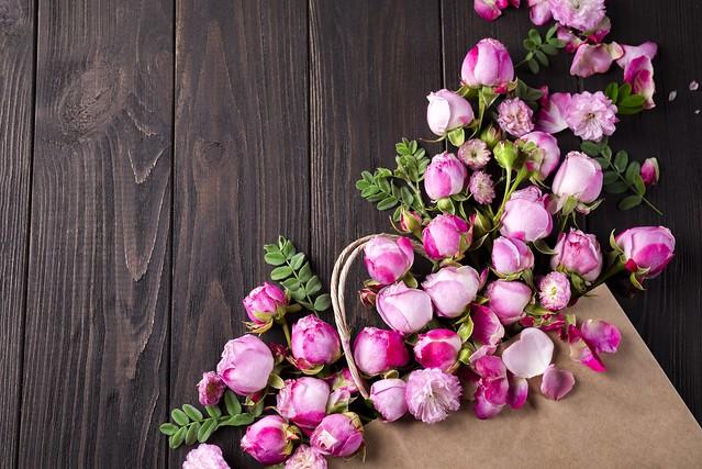 Обои цветы, розы, лепестки, розовые, white, wood, pink, flowers, beautiful, petals, roses картинки на рабочий стол, раздел цветы - скачать