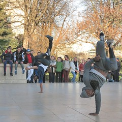 Two acrobat, balancing upside down on one hand only (pivapao's citylife flavors) Tags: paris france trocadero streetartist