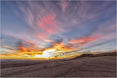 Una diminuta Luna menguante contempla el amanecer (Fernando Forniés Gracia) Tags: españa aragón navarra lasbardenasreales contraluz amanecer cielo nubes sunrise naturaleza airelibre paisaje landscape