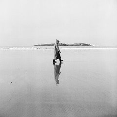 lonley walk at the beach (kappephotographie) Tags: maroc beach essaouira marocco minimalism torsten kappe analog fotografie filmphotography analogue ilford hp5 bnwminimalism bnw blackwhite bw film beliveinfilm filmisnotdead fineart filmnoir