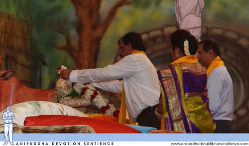 Sadguru Shree Aniruddha perfoming poojan of Shri Nrusinha Saraswati's Padukas during Guru Pournima | सद्गुरु श्रीअनिरुद्धांच्या घरच्या देव्हार्ह्यातील श्रीगुरुनृसिंहसरस्वतींच्या पादुकांचे श्रीहरिगुरुग्राम येथे गुरुपौर्णिमेस पूजन करताना सद्गुरु श्रीअनिरुद
