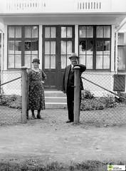 tm_6562 (Tidaholms Museum) Tags: svartvit positiv people människor bostadshus exteriör exterior yttertrappa